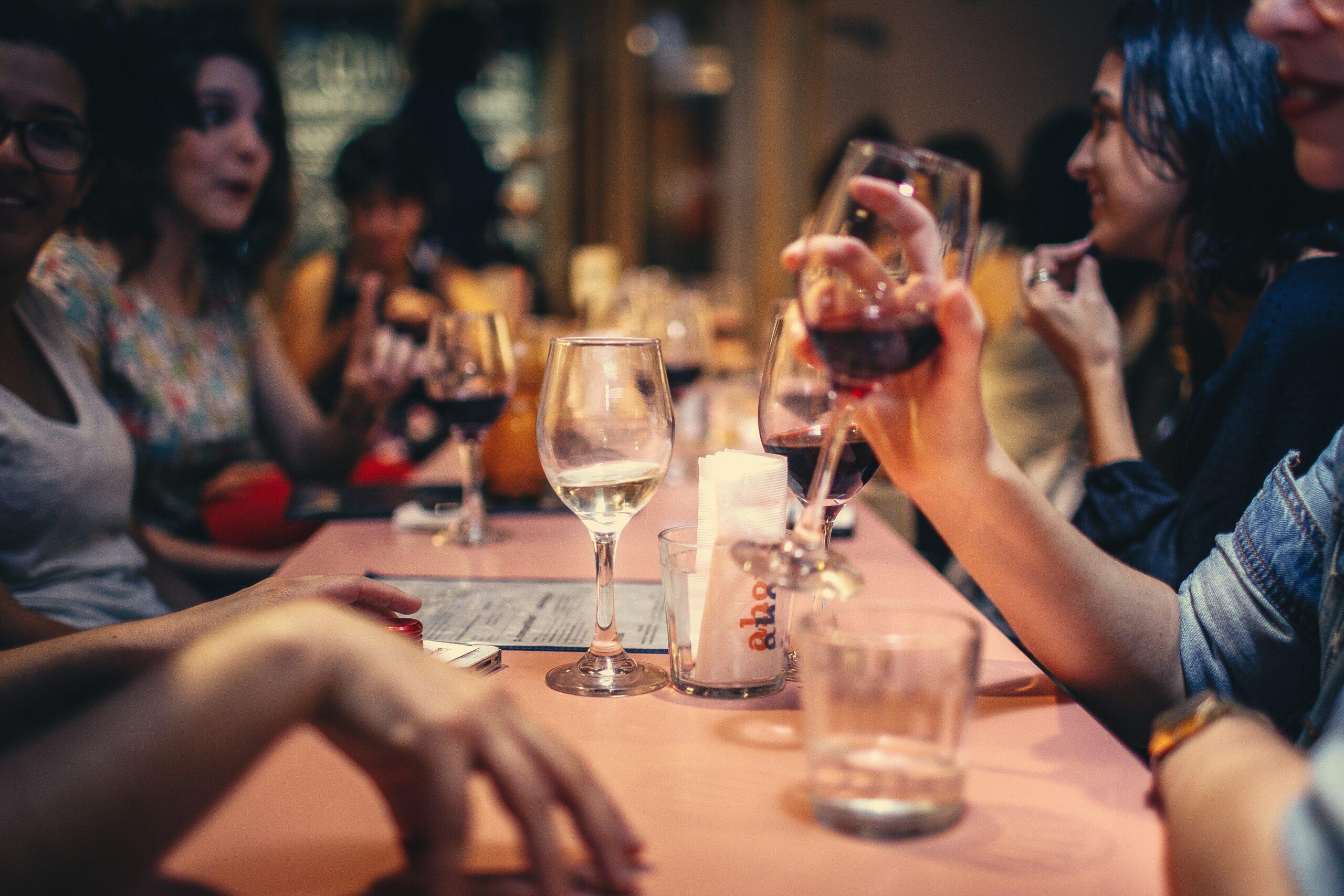 Herzrhythmusstörung durch Alkohol: Das Risiko im täglichen Glas Wein